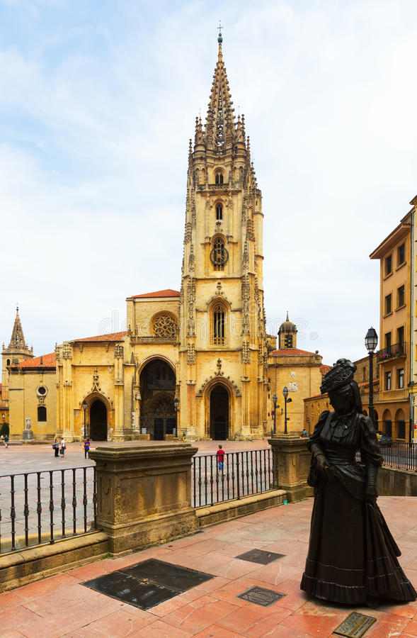 Catedral do San Salvador e estátua do La Regenta fotos de stock royalty free