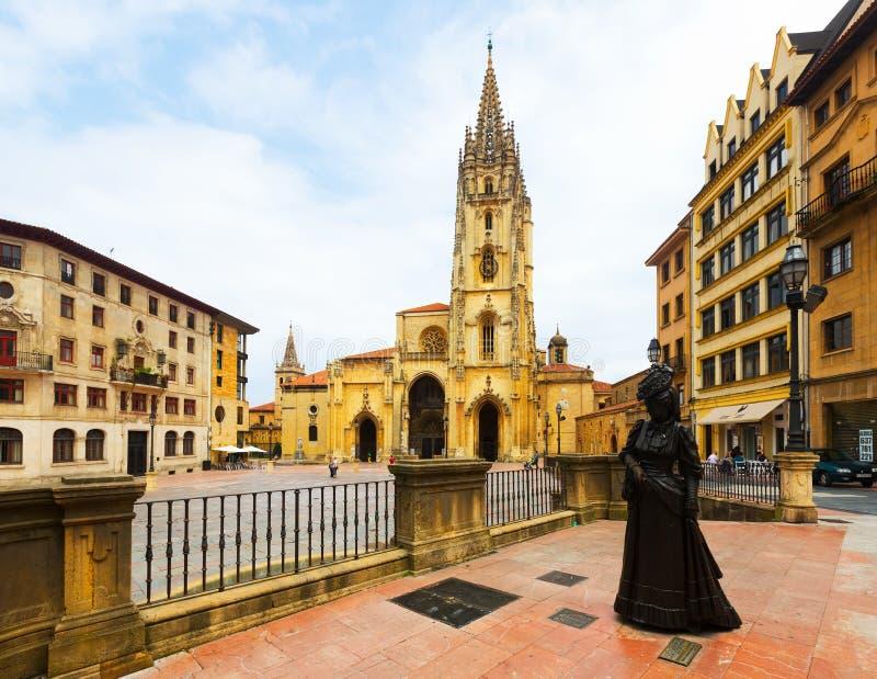 Catedral do San Salvador e a estátua do La Regenta imagens de stock royalty free