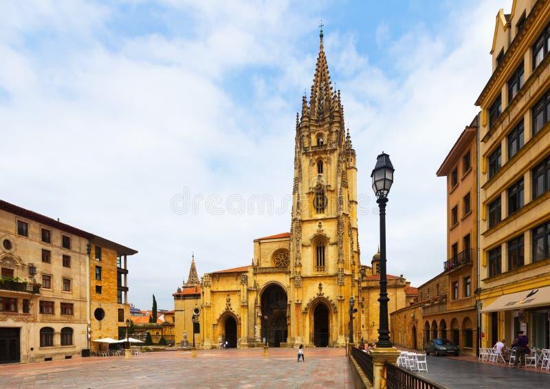 Catedral do San Salvador no dia de verão Oviedo fotos de stock royalty free