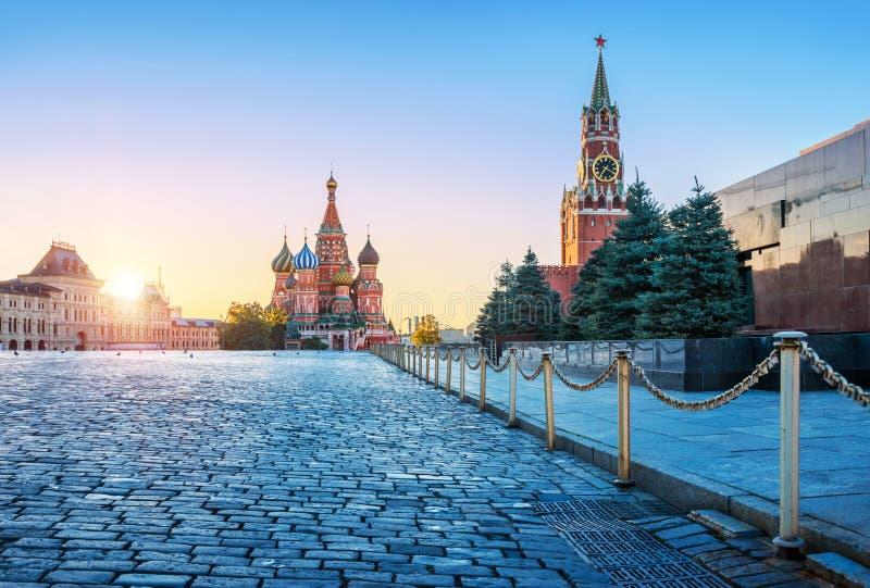 Catedral do St Basil's e a torre de Spasskaya foto de stock