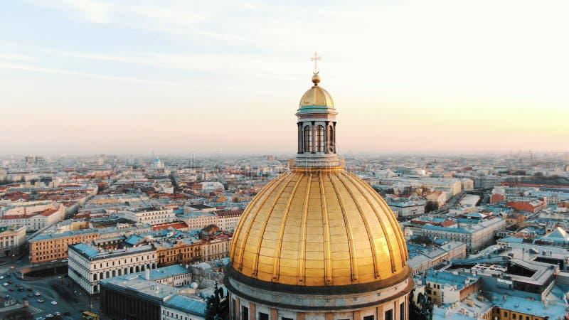 Catedral do St Isaac em St Petersburg no por do sol, vista aérea, um voo bonito em torno da abóbada da catedral imagem de stock