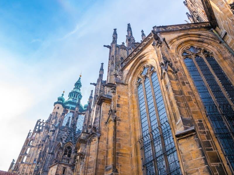 Catedral do St Vitus na ideia dianteira de castelo de Praga da entrada principal em Praga, República Checa fotografia de stock royalty free