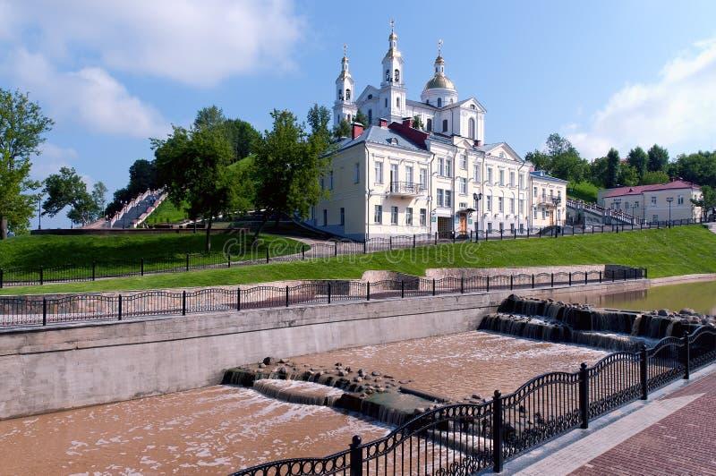 Catedral do viewUspenski da paisagem da mola de Belarus Vitebsk fotos de stock