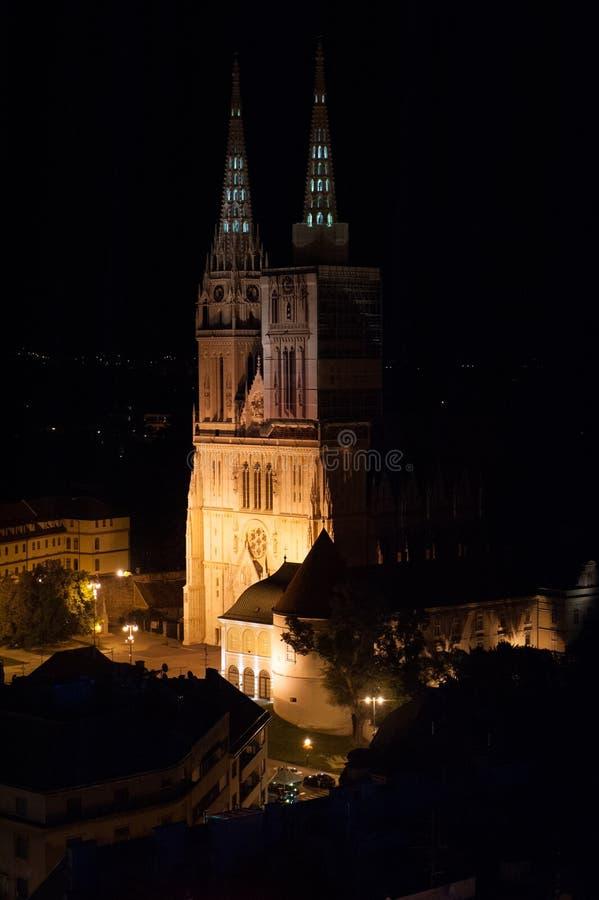 Catedral durante a noite com luzes alaranjadas em Zagreb, Croácia fotografia de stock royalty free