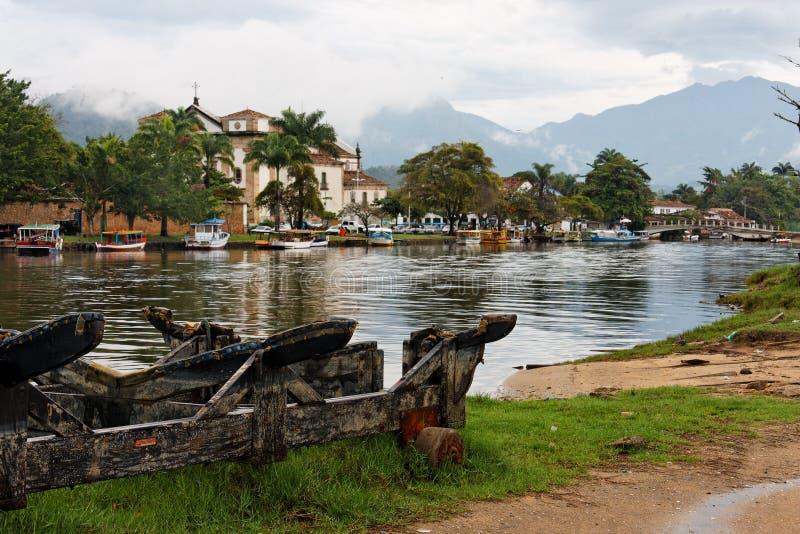 Catedral e barcos em Paraty imagens de stock