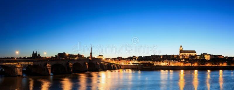 Catedral e casas velhas da ponte em Blois, centro, França foto de stock