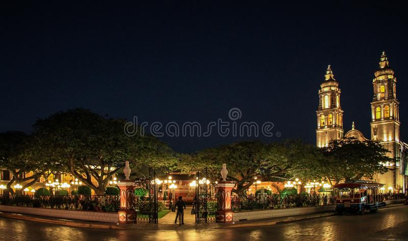 Catedral e Central Park Franciscan de Campeche na noite, Campeche, México fotografia de stock royalty free