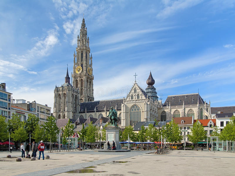 Catedral e estátua de Peter Paul Rubens em Antuérpia foto de stock