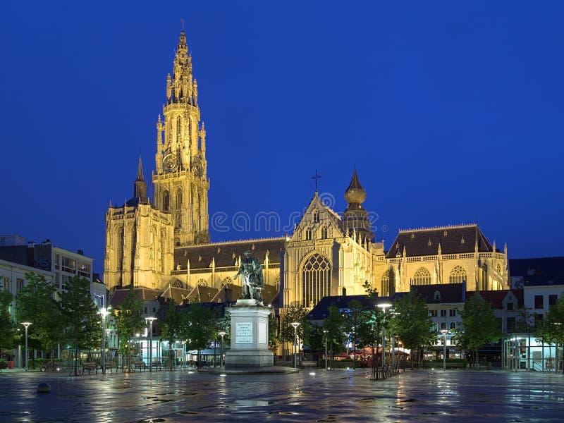 Catedral e estátua de Peter Paul Rubens em Antuérpia na noite fotos de stock