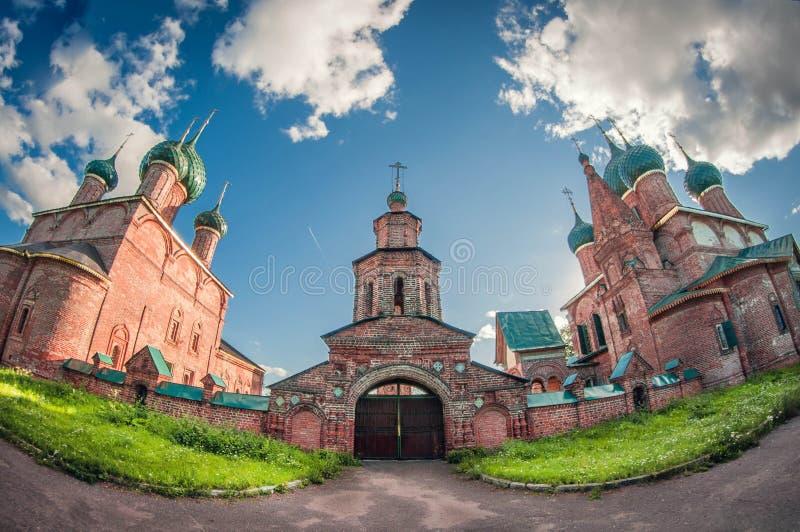Catedral e igreja pequenas velhas clássicas do monastério em Rússia lente de fisheye da perspectiva da distorção imagens de stock