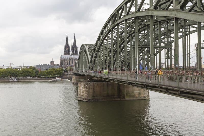 Catedral e ponte de Hohenzollern - água de Colônia, Alemanha fotografia de stock