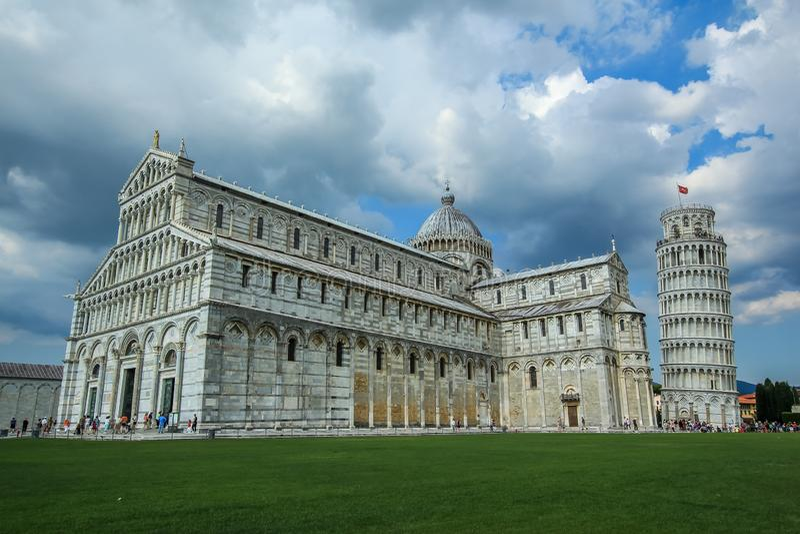 Catedral e a torre inclinada de Pisa fotos de stock