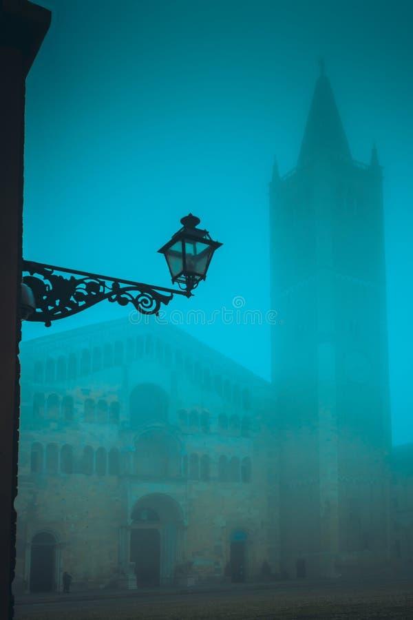 Catedral e torre velhas do domo na noite em Parma fotos de stock royalty free
