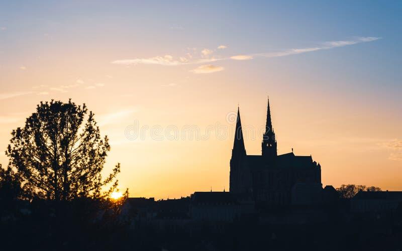 Catedral en la puesta del sol, Francia de Chartres fotos de archivo