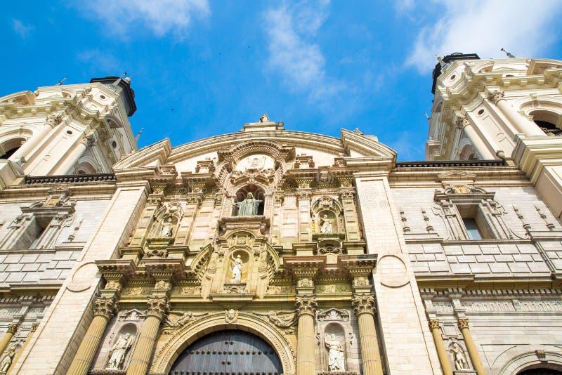 Catedral en Lima, Perú. Iglesia vieja en Suramérica, construida en 1540. Plaza de Armas de Arequipa es una de la más hermosa de Pe fotografía de archivo