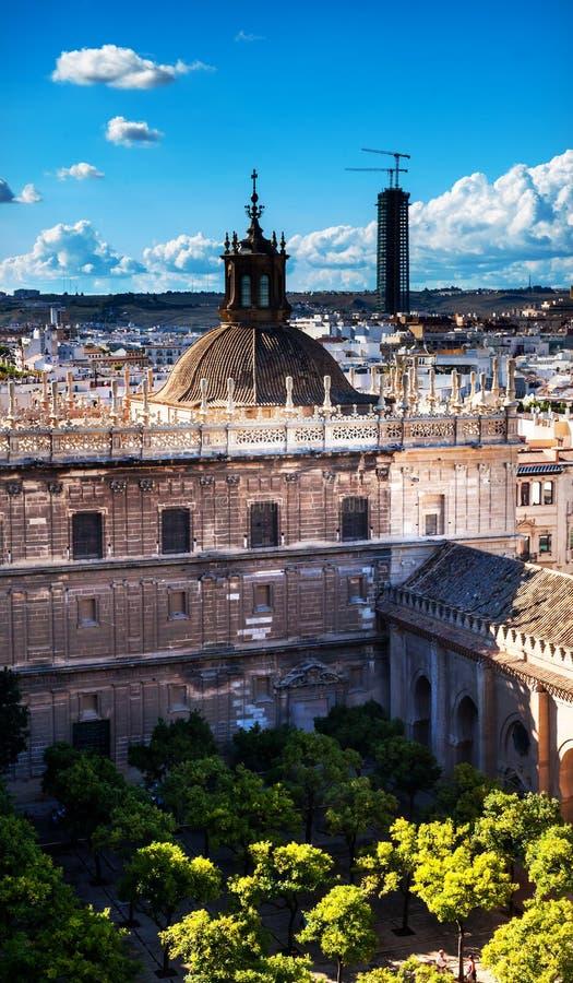 Catedral España de Sevilla de la opinión de la ciudad fotografía de archivo