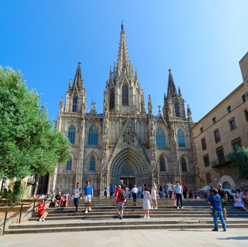 Catedral famosa de la cruz y del santo santos Eulalia en el cuarto gótico, Barcelona, España fotos de archivo