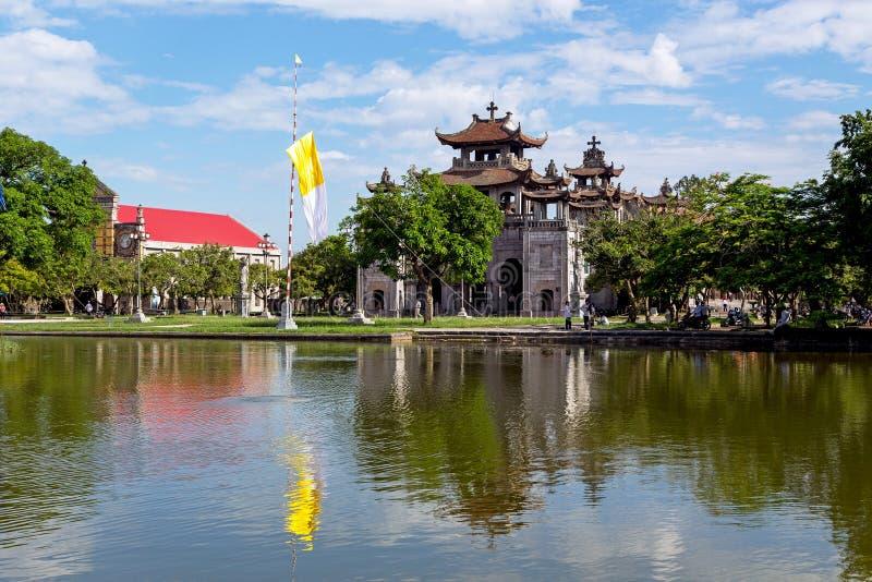Catedral fantástica de Diem debajo del cielo azul en Ninh Binh, Vietnam imágenes de archivo libres de regalías