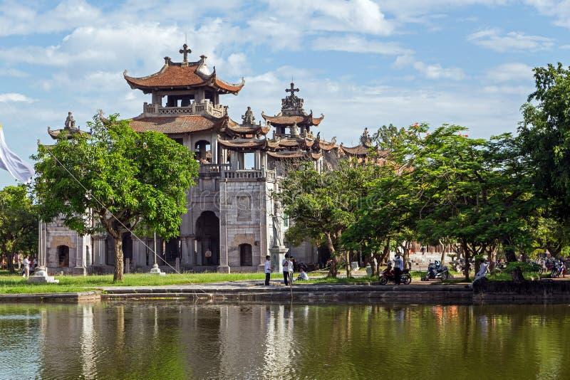 Catedral fantástica de Diem debajo del cielo azul en Ninh Binh, Vietnam foto de archivo libre de regalías