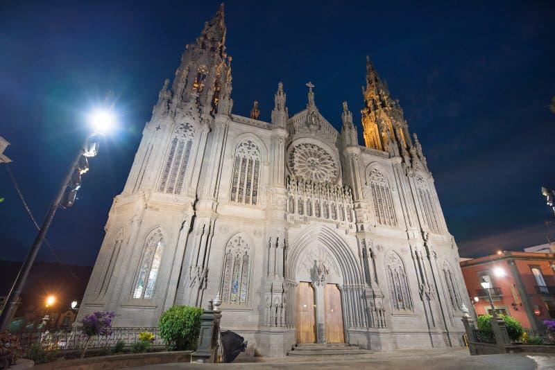 Catedral gótica de Arucas en la noche, Gran Canaria, islas Canarias, España foto de archivo libre de regalías