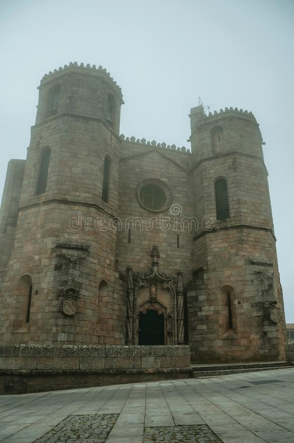 Catedral gótico com as torres na névoa da manhã imagens de stock royalty free