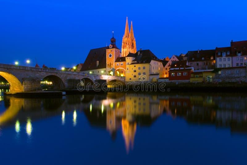 A catedral gótico de St Peter e da ponte de pedra de Regensburg, Alemanha imagens de stock