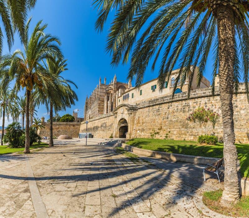 A catedral gótico e o La medieval Seu em ilhas de Palma de Mallorca, Espanha fotografia de stock royalty free