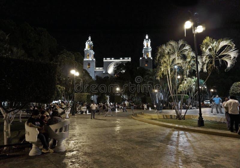 Catedral histórica e quadrado principal na noite em Merida, México foto de stock