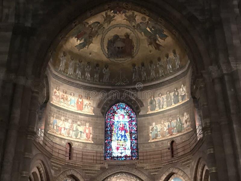 Catedral interna Janela de vidro colorido e fresco coloridos fotos de stock