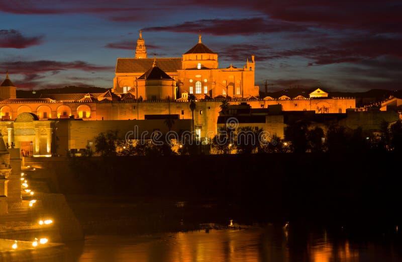 Catedral (Mezquita) de Córdoba en la noche, España foto de archivo