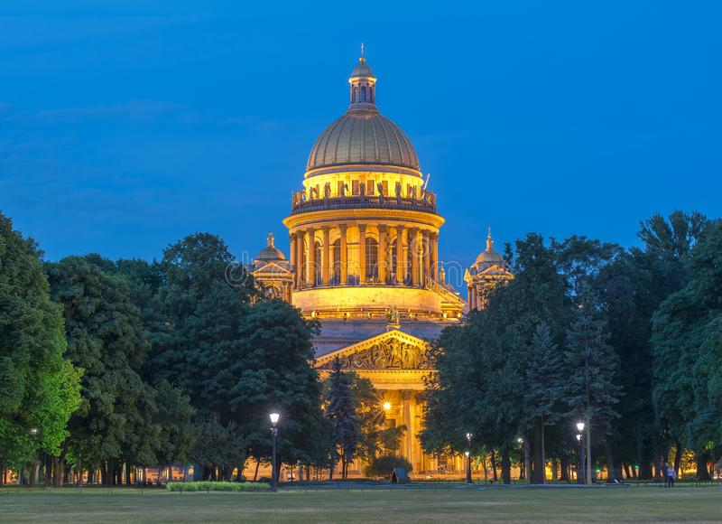 Catedral na noite branca, St Petersburg do ` s do St Isaac, Rússia fotos de stock