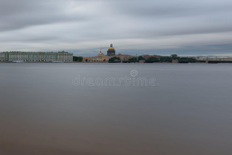 Catedral nas nuvens no Neva foto de stock
