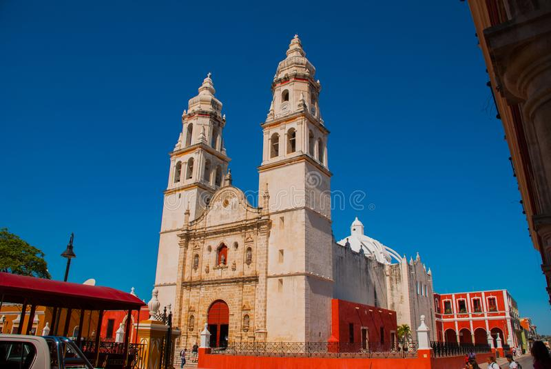 Catedral no fundo do céu azul San Francisco de Campeche, México fotografia de stock