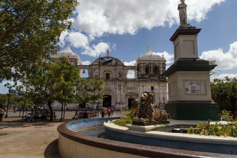 Catedral no quadrado central em Leon foto de stock royalty free