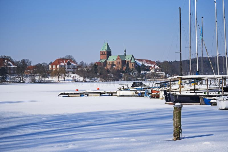 Catedral o Dom de Ratzeburg en el lago congelado en Ger septentrional fotografía de archivo libre de regalías