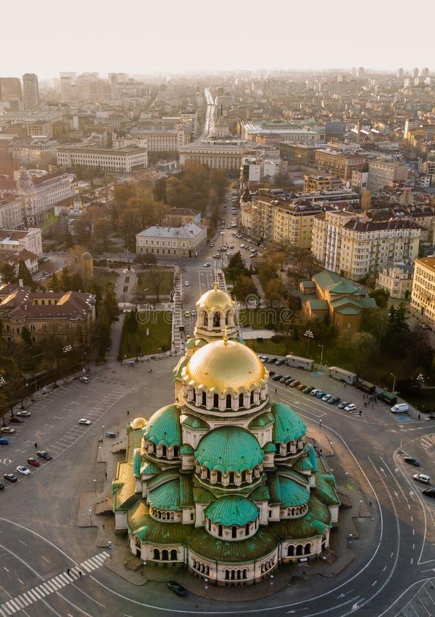 Catedral ortodoxa Alexander Nevsky, en Sofía, Bulgaria Fotografía aérea en la puesta del sol imagen de archivo