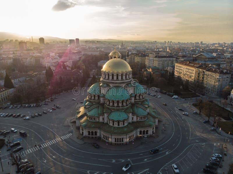 Catedral ortodoxa Alexander Nevsky, en Sofía, Bulgaria Fotografía aérea en la puesta del sol fotografía de archivo