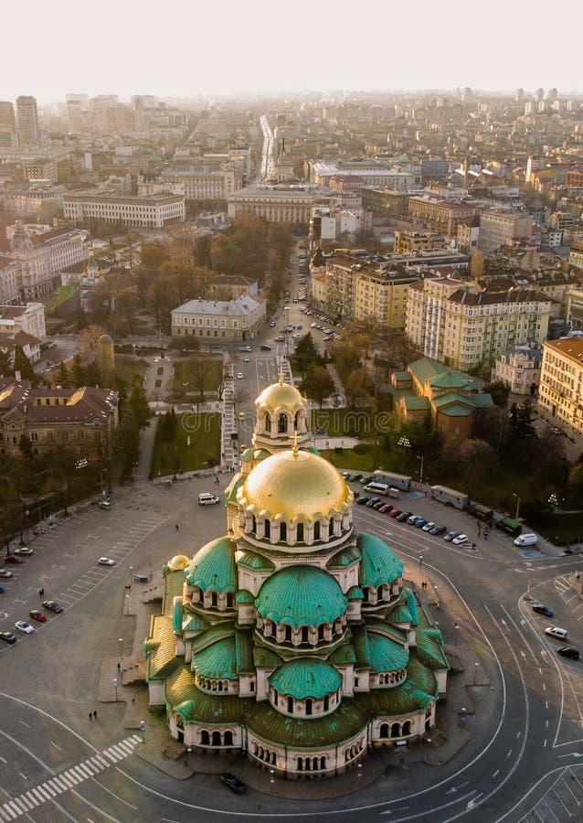 Catedral ortodoxa Alexander Nevsky, en Sofía, Bulgaria Fotografía aérea en la puesta del sol fotografía de archivo libre de regalías