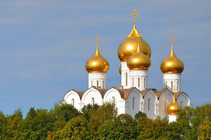 Catedral ortodoxa de la suposición con las bóvedas de oro en Yaroslavl, Rusia fotos de archivo libres de regalías