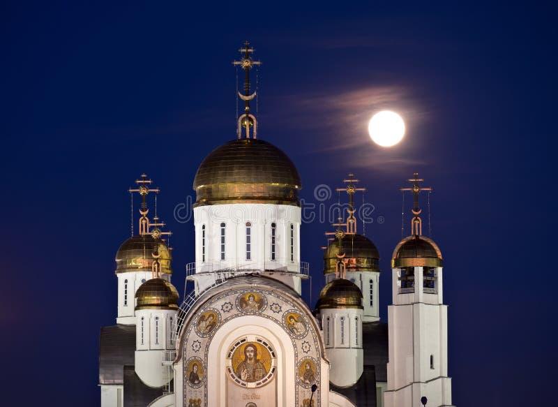 Catedral ortodoxo com abóbadas e a Lua cheia douradas foto de stock