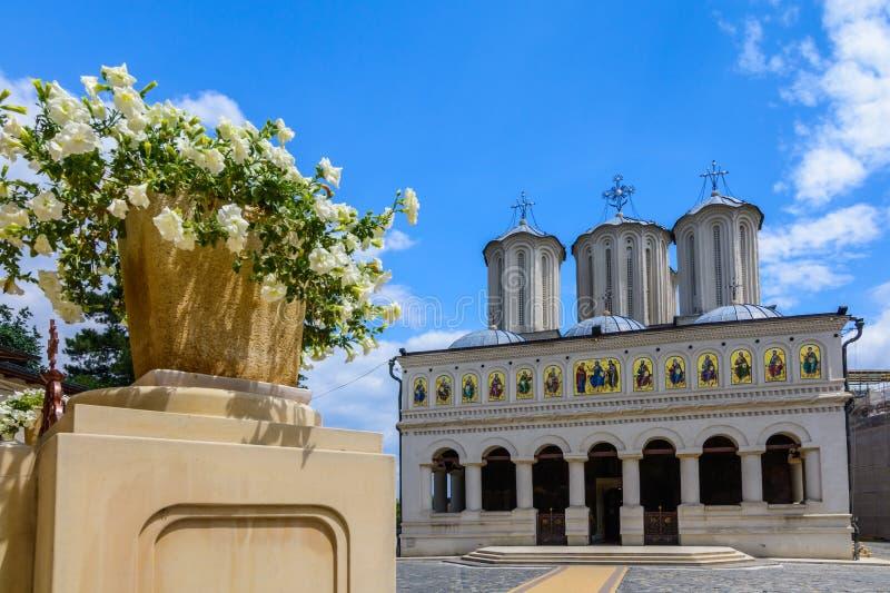 Catedral patriarcal romena em Dealul Mitropoliei 1665-1668, em Bucareste, Romênia Detalhes arquitetónicos no close-up em um sunn fotografia de stock royalty free