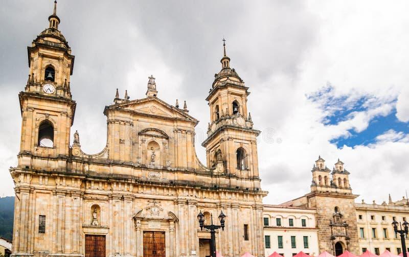 Catedral Primatial pelo quadrado de Bolivar em Bogotá - Colômbia fotos de stock royalty free