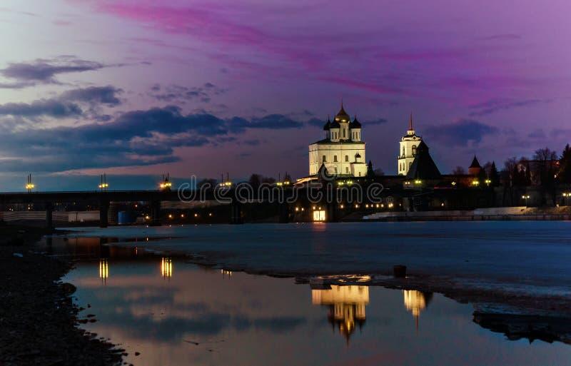 Catedral Pskov da trindade Kremlin Rússia de Pskov Fortaleza antiga no banco de rio imagens de stock royalty free