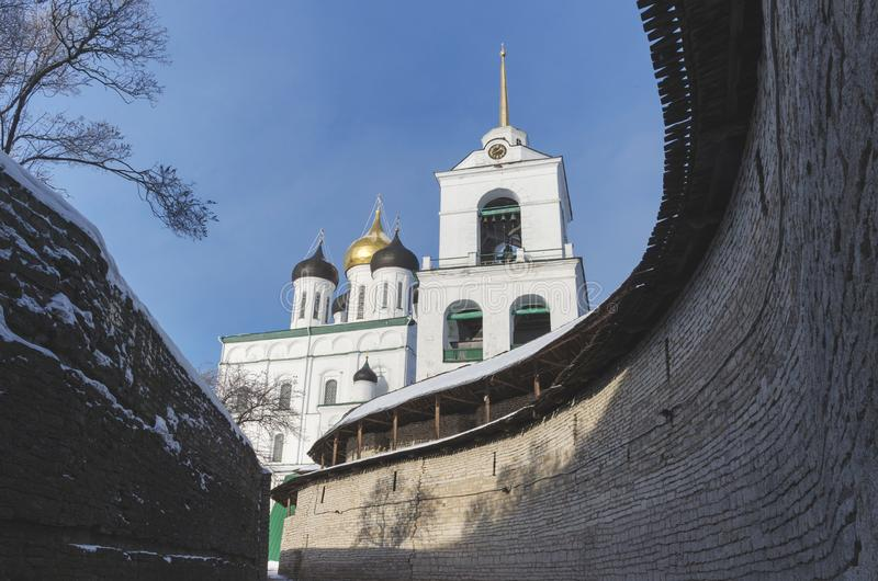 Catedral Pskov da trindade Kremlin Rússia Fortaleza antiga no banco de rio imagens de stock royalty free