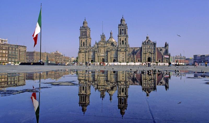 Catedral refletida foto de stock