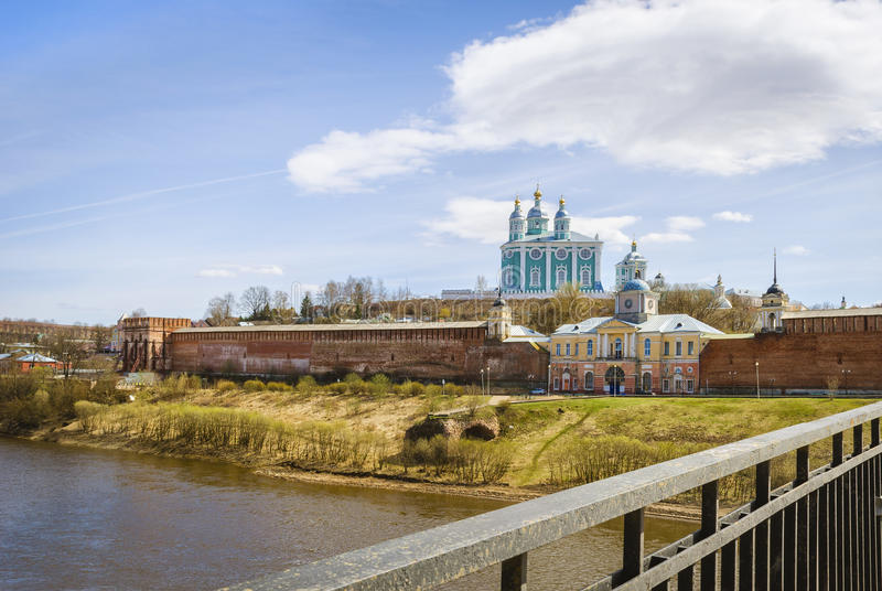 Catedral santa de la asunción smolensk Rusia Visión desde el puente foto de archivo libre de regalías