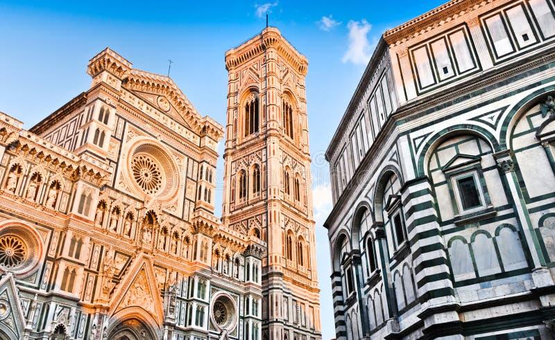 Catedral Santa Maria Del Fiore con el campanil de Giotto y baptisterio en la puesta del sol en Florencia, Toscana, Italia fotografía de archivo