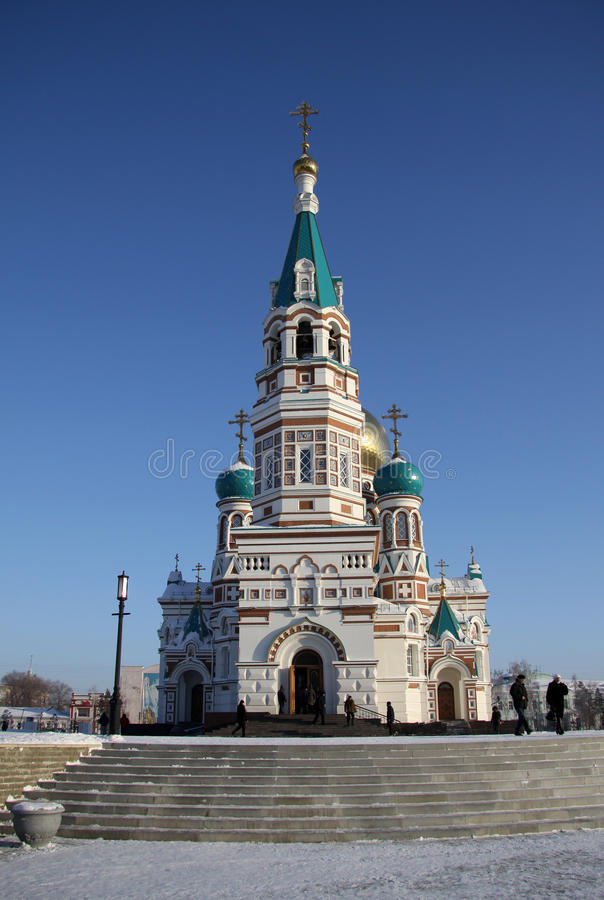 Catedral santamente da suposição (catedral de Dormition) no quadrado da catedral em Omsk, Rússia fotografia de stock