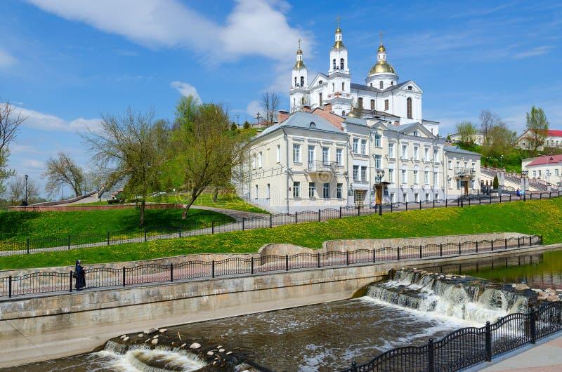 Catedral santamente de Dormition na montagem da suposição no rio Vitba, Vitebsk, Bielorrússia imagens de stock royalty free