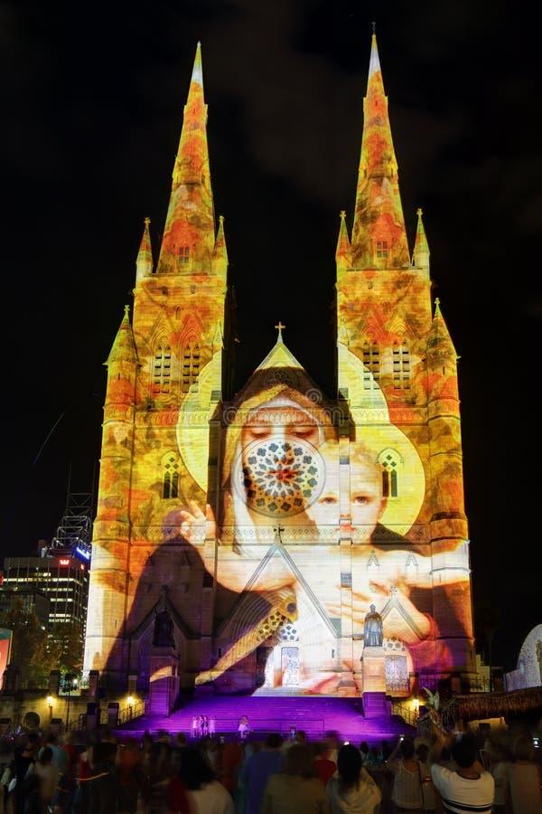 A catedral Sydney de St Mary da exposição da luz de Natal imagem de stock